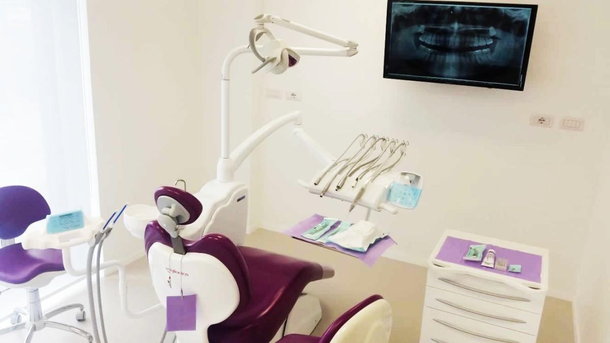 Lettino per visite nella nostra sede con radiografia